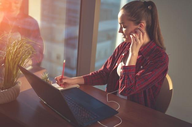 Estudiante que usa el servicio de educación en línea