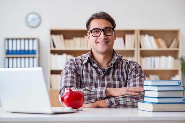 Estudiante rompiendo alcancía para pagar las tasas de matrícula