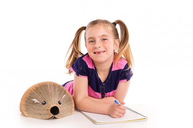 Estudiante rubio de la muchacha del niño con el libro del erizo