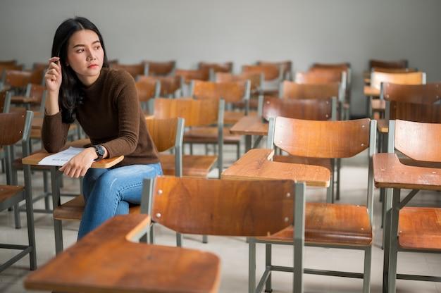 Una estudiante sentada en un aula estresante