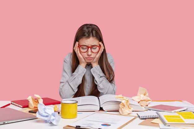 Estudiante sentado en el escritorio con documentos