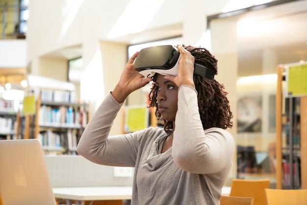 Estudiante seria lista para comenzar la experiencia de realidad virtual