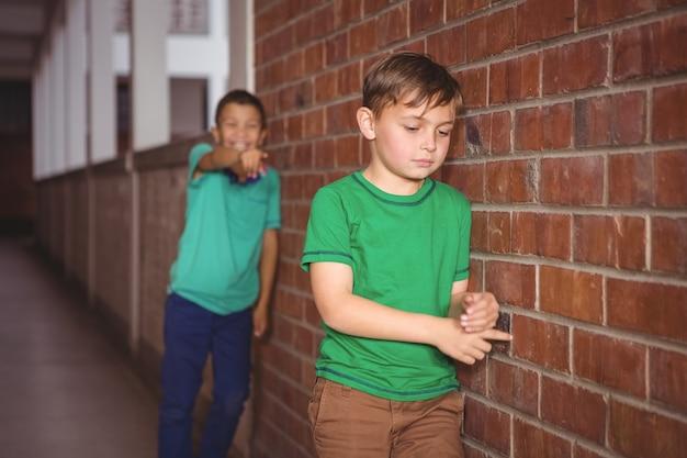 Estudiante siendo intimidado por un compañero