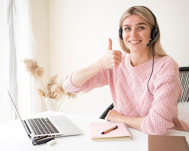 Estudiante sonriente aprueba el concepto de e-learning