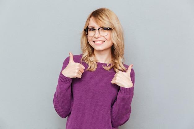 Estudiante sonriente mostrando los pulgares para arriba