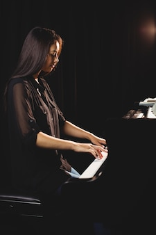 Estudiante tocando el piano