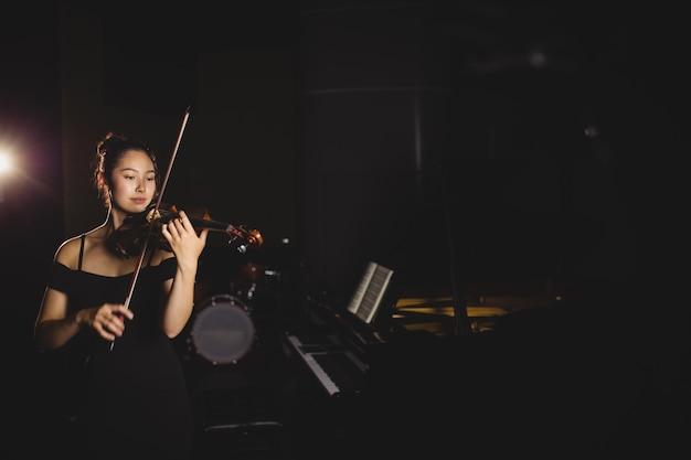 Estudiante tocando el violín