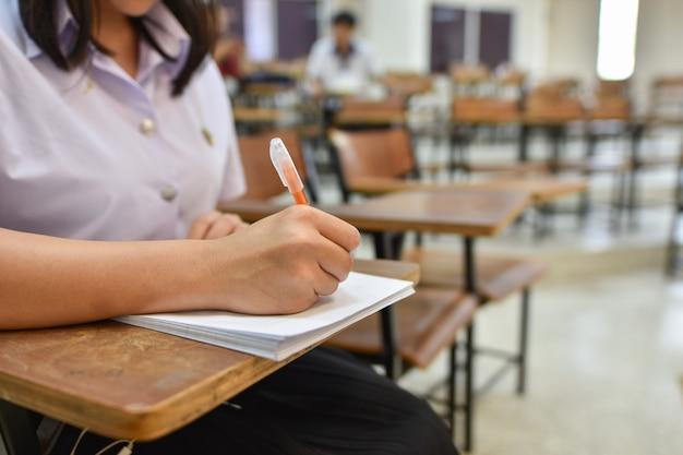 Estudiante tomando examen escrito