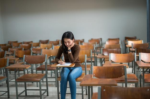 Estudiante tomando exámenes en la universidad