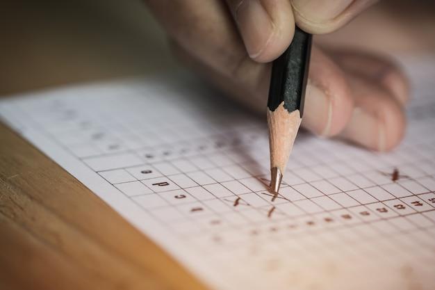 Estudiante tomando examenes
