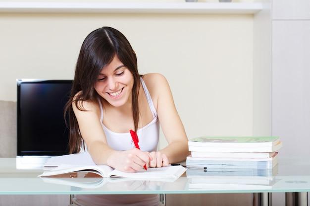 Estudiante trabajando en casa