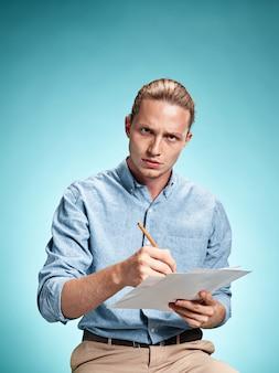 Estudiante triste inteligente con hojas de papel