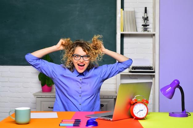 Estudiante en la universidad divertida maestra en el aula día mundial del maestro joven maestra estudiante