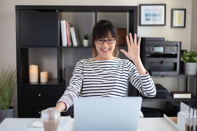 Estudiante universitario aprendiendo clases en línea en la pantalla de la computadora.