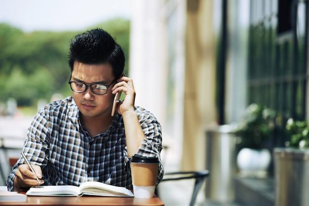 Estudiante universitario en cafe