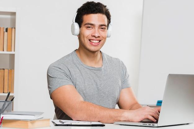 Estudiante universitario escuchando cursos en línea