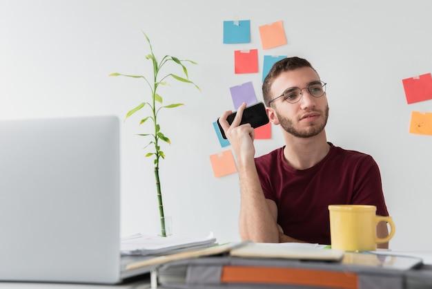 Estudiante universitario escuchando sus notas grabadas