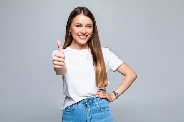 Estudiante universitario femenino feliz mostrando los pulgares para arriba aislado
