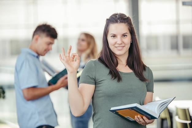 Estudiante universitario gesticulando bien