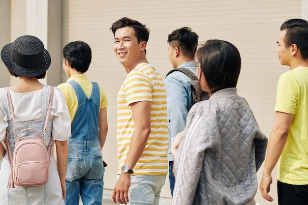 Estudiante universitario, sonriente