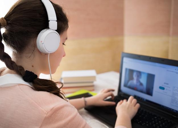 Estudiante usando una computadora portátil en casa