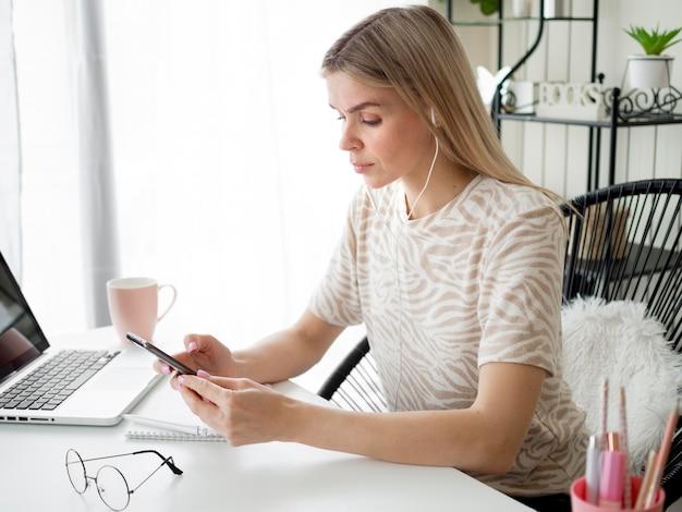 Estudiante usando su teléfono durante el curso en línea