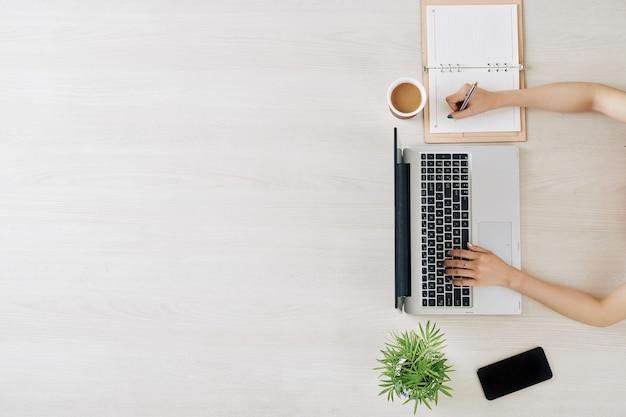 Estudiante viendo webinar online