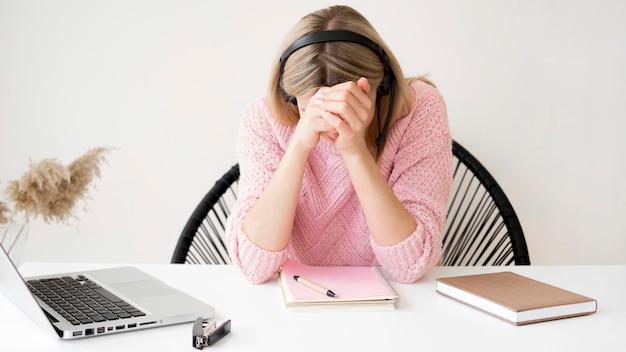 Estudiante de vista frontal que no comprende la lección en línea