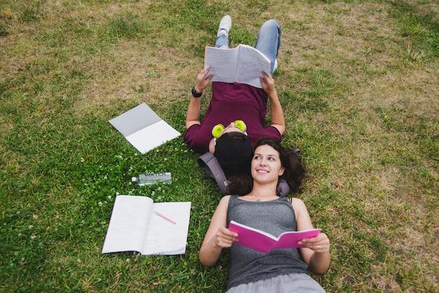 Estudiantes, acostado, pasto, lectura