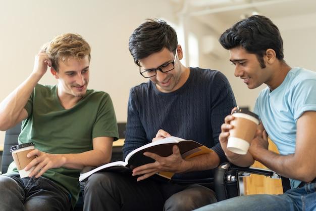 Estudiantes alegres aprendiendo notas en el libro de trabajo