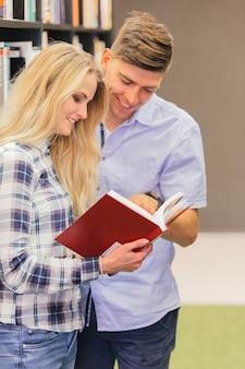 Estudiantes alegres con libro