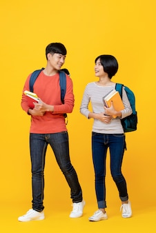 Estudiantes asiáticos energeticos caminando y hablando juntos