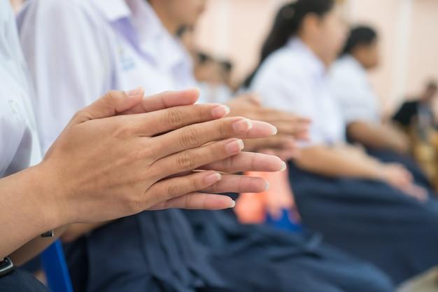 Estudiantes asiáticos mujer aplaudiendo en el aula o estudiando seminario en la escuela secundaria