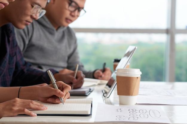 Estudiantes asiáticos que tienen conferencia