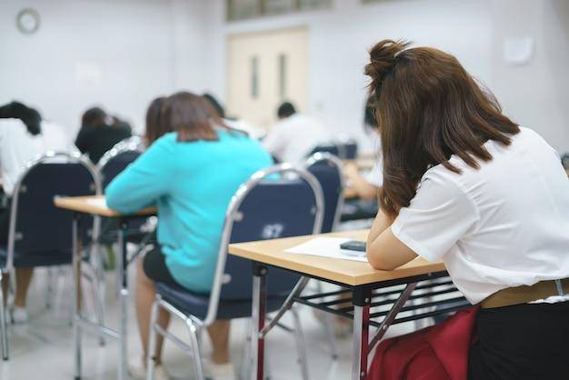 Estudiantes asiáticos que toman un examen