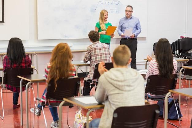 Estudiantes atentos con el maestro en el aula