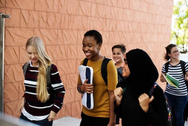Estudiantes caminando y hablando juntos