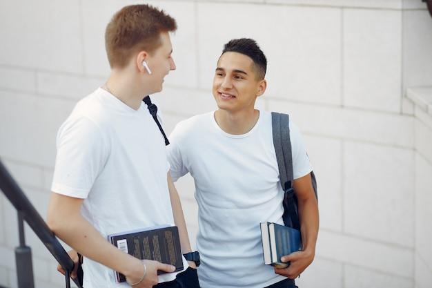 Estudiantes en un campus universitario