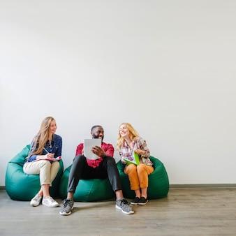 Los estudiantes comparten ideas mientras trabajan