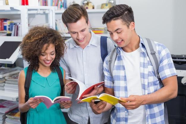 Estudiantes conversando entre clases