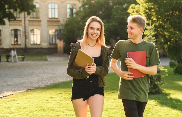Estudiantes conversando en el parque.