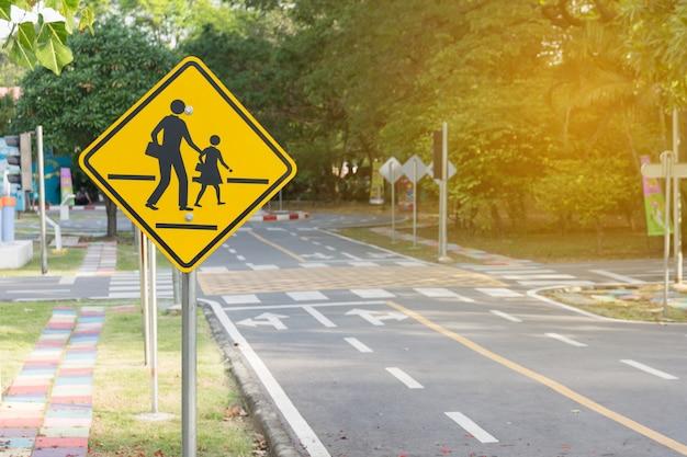 Estudiantes cruzando la señal de adelante