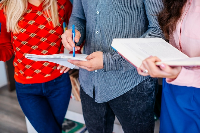 Estudiantes de cultivos que estudian en la biblioteca
