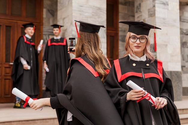 Estudiantes después de la ceremonia de graduación.