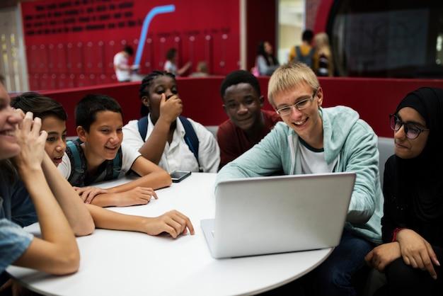 Estudiantes e-learning con laptop