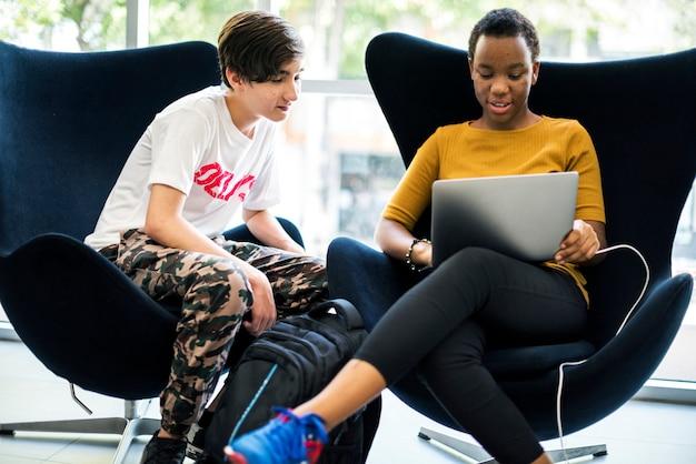 Estudiantes de e-learning con un portátil.