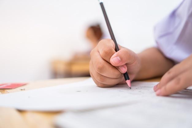Los estudiantes de educación que examinan el examen con un lápiz de dibujo seleccionaron pruebas de opción múltiple o examen de prueba