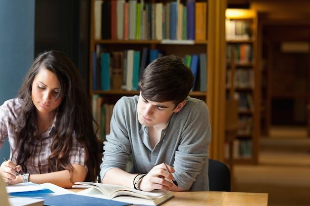 Estudiantes escribiendo un ensayo