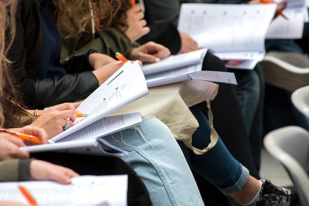 Estudiantes escribiendo una prueba o examen