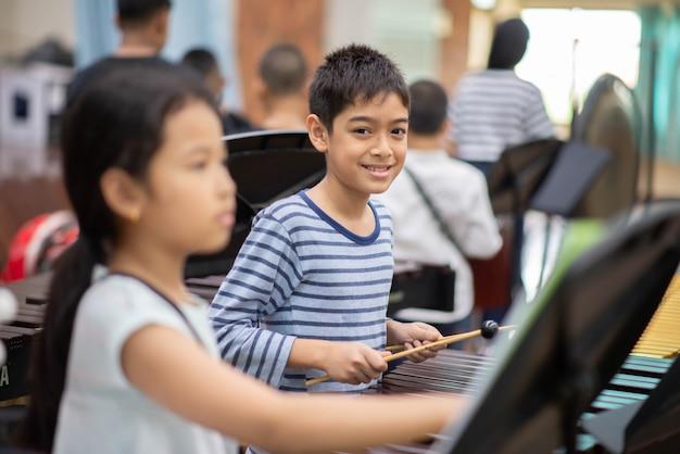 Estudiantes en la escuela de artes tocando instrumento de percusión
